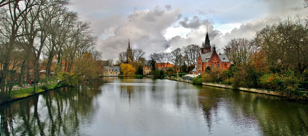 Minnewater o el lago del amor en Brujas, Belgica. – Spacio Random